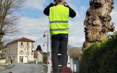 Les employés municipaux installent le radar pédagogique