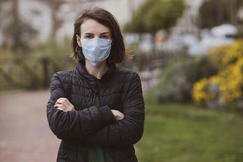 Femme portant un masque lors de l'épidémie de COVID-19